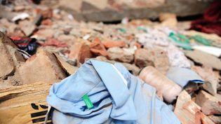 Une chemise étiquetée Benetton retrouvée dans les décombres de l'immeubleRana Plaza, à Savar, près de Dacca (Bangladesh), le 27 avril 2013. (MUNIR UZ ZAMAN / AFP)