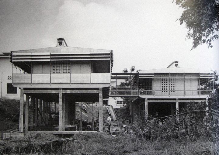 Les deux maisons construite en 1951 à Brazzaville en République Démocratique du Congo  (wikiarquitectura)