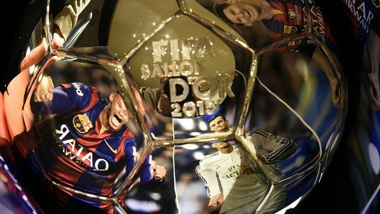 Le trophée du Ballon d'or, présenté à Zurich (Suisse) le 15 décembre 2015. (FRANCK FIFE / AFP)