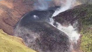 Le volcan de la Soufrière, à Saint-Vincent-et-les-Grenadines, est entré en éruption vendredi 9 avril. Une partie des habitants a déjà dû être évacué. (France 2)