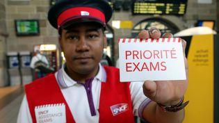 """Dispositif """"Priorité Exams"""" mis en place par la SNCFpendant la grève des cheminotsle premier jour des épreuves du bacalauréat en gare de Colmar (Haut-Rhin), le 16 juin 2014. (MAXPPP)"""