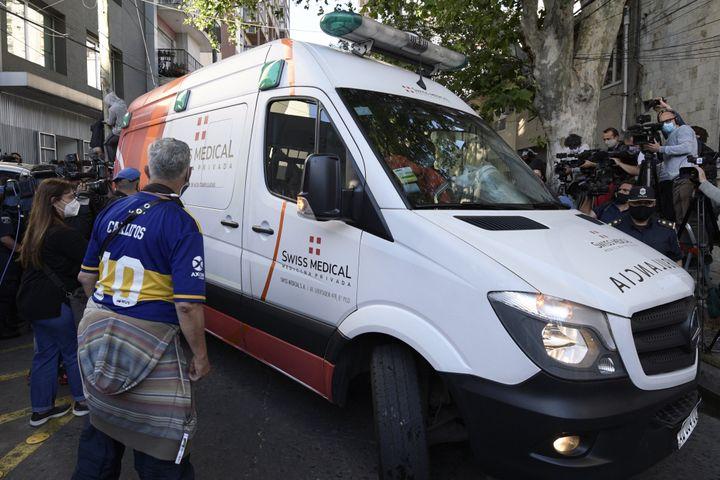 L'ambulance transportant Maradona quitte la clinique de la banlieue de Buenos Aires (JUAN MABROMATA / AFP)