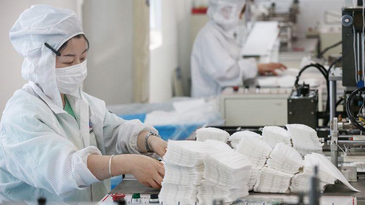 Une usine de masques à Nantong (Chine). (STR / AFP)