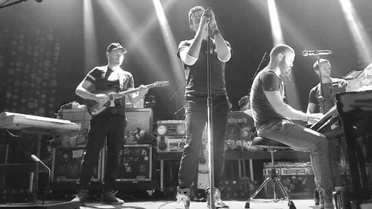 """Coldplay reprend """"Imagine"""" en hommage aux victimes des attentats parisien au Belasco Theatre de Los Angeles 13 nov 2015.  (saisie écran)"""