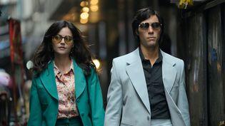 Tahar Rahim et Jenna Coleman interprètent Charles Sobhraj et Marie-Andrée Leclerc, un couple de tueurs en série qui ont fait trembler l'Asie du Sud-Est dans les années 1970. (NETFLIX)