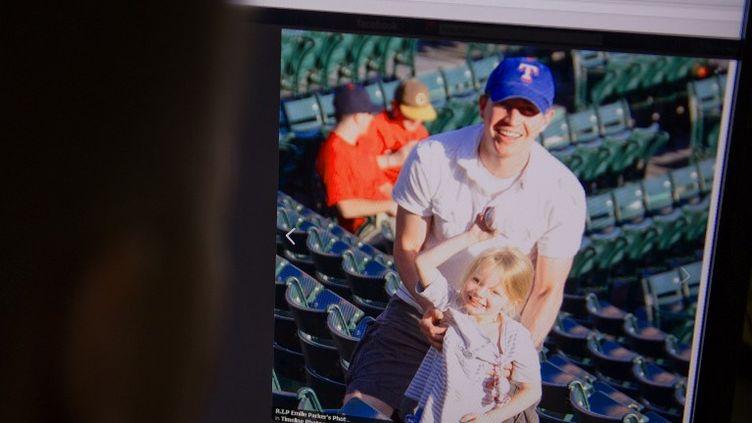 Robbie Parket et sa fille Emilie, victime de la tuerie de l'école Sandy Hook. Ce père a marqué par son témoignage poignant samedi 15 décembre 2012 et a accepté de diffuser des images de sa petite fille. (KAREN BLEIER / AFP)