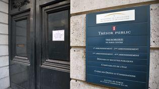 Plaque du Trésor Public située à Paris. (ETIENNE LAURENT / AFP)