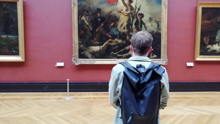 Un visiteur au musée du Louvre (Paris), le lundi 6 juillet 2020. (MAÏWENN BORDRON / RADIO FRANCE)