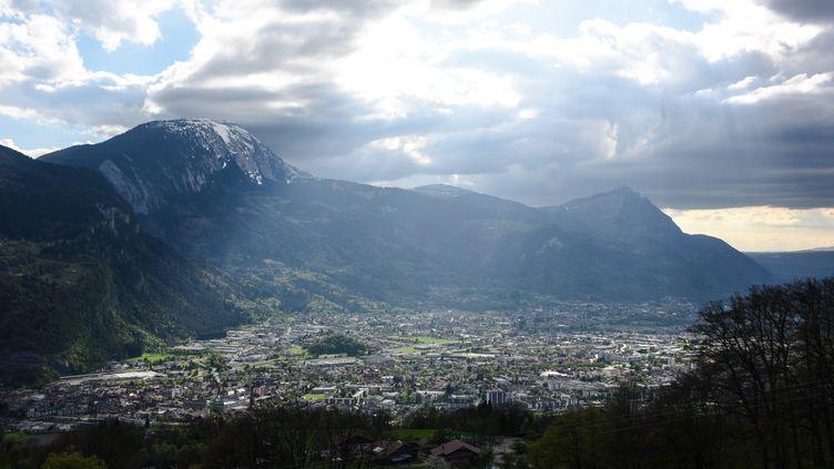 La pollution visible dans la vallée de l'Arve (Haute-Savoie), le 17 avril 2017. (DENIS CHARLET / AFP)
