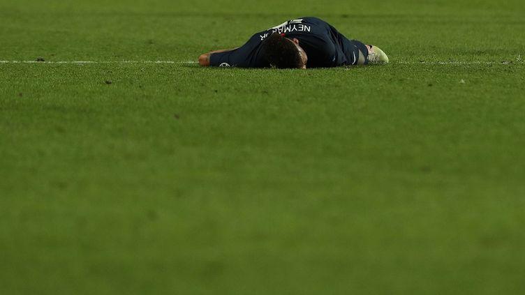 Neymar, au sol sur cette photo, n'a pas réussi à briller en finale. Le joueur brésilien avait pourtant porté son équipe en demi et en quart de finale. (MIGUEL A. LOPES / AFP)
