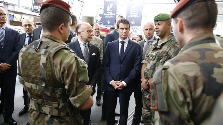 Manuel Valls et Bernard Cazeneuve avec des soldats français le 28 Septembre 2014, après le renforcement de Vigipirate (THOMAS SAMSON / AFP)
