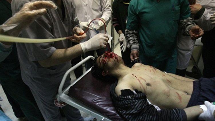 Un manifestant syrien blessé le 23 mars 2011 par les forces de l'ordre à Deraa, emmené à l'hôpital où il décédera (AFP/ANWAR AMRO)