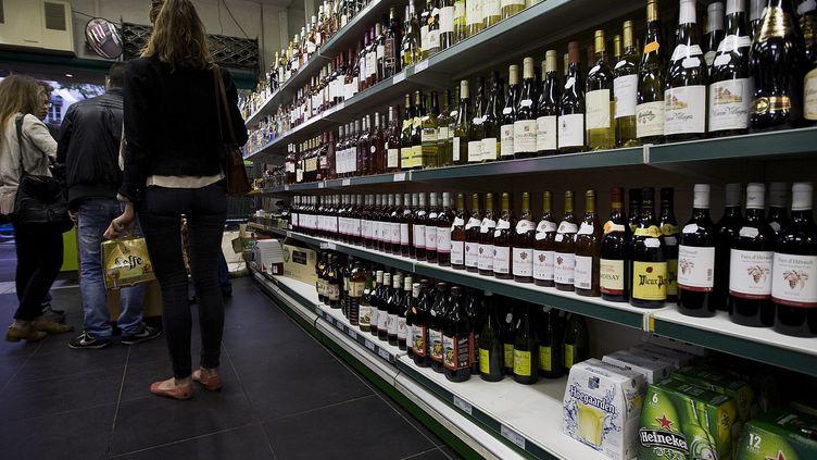 Le rayon alcool d'un commerce de Lyon (Rhône), le 12 mai 2012. (MAXPPP)