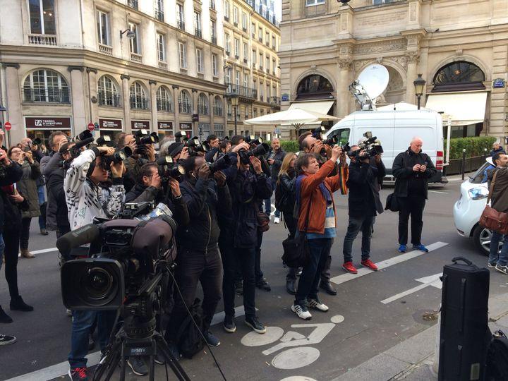 Les journalistes devant le restaurant Drouant  (Laurence Houot / Culturebox)