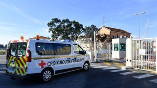 Une équipe de la Croix-Rouge accueille, le 31 janvier 2020,les Français rapatriés de Wuhan (Chine) à leur arrivée à l'aéroport militaire d'Istres (Bouches-du-Rhône). (PASCAL GUYOT / AFP)