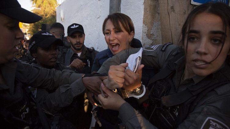 La journaliste d'Al-Jazeera Givara Budeiri interpellée par la police israélienne dans le quartier de Cheikh Jarrah, à Jérusalem, le 5 juin 2021. (FAIZ ABU RMELEH / ANADOLU AGENCY / AFP)