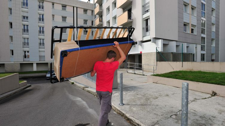 Un déménageur transporte un sommier. (MAXPPP)