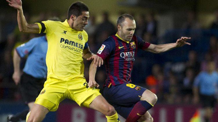 Soriano (Villarreal) en duel avec Iniesta (Barcelone) (JAIME REINA / AFP)