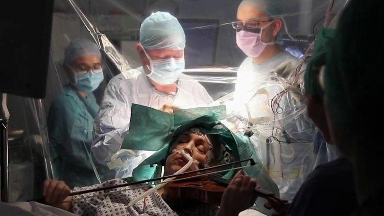 Royaume-Uni : atteinte d'une tumeur au cerveau, une musicienne joue du violon en pleine opération (France 2)