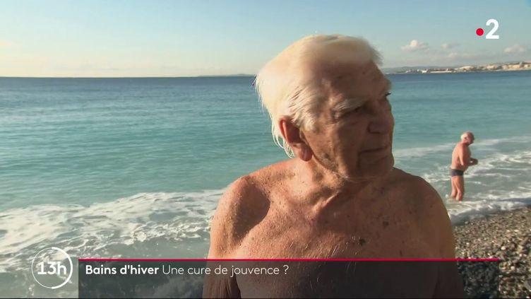 Il paraît que le froid est bon pour les artères. À Nice (Alpes-Maritimes), c'est une tradition, on se baigne toute l'année pour garder la forme, même en janvier avec des températures négatives. (France 2)