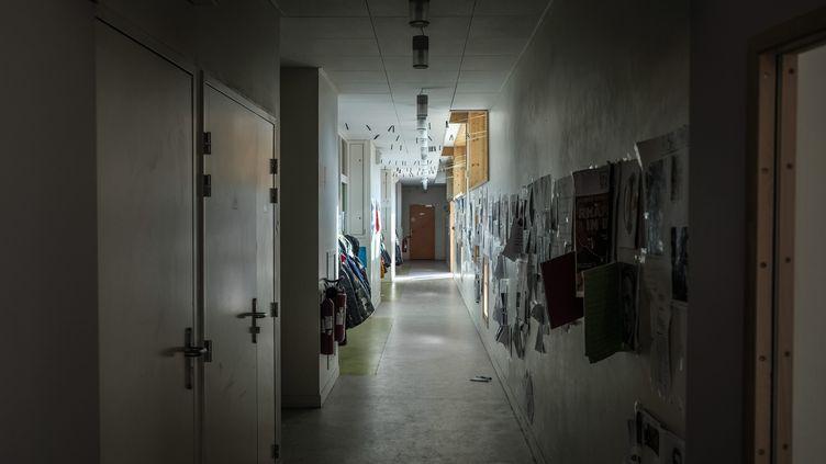 En Seine-Saint-Denis, comme partout en France, les établissements scolaires vont fermer quatre semaines, jusqu'au 4 mai 2021, en raison de l'épidémie de Covid-19. Photo d'illustration d'une école à Montreuil. (SADAK SOUICI / LE PICTORIUM / MAXPPP)