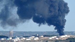 De la fumée s'échappe de la raffinerie LyondellBasell, mardi 14 juillet 2015, à Berre-l'Etang (Bouches-du-Rhône). (BORIS HORVAT / AFP)