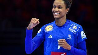 La handballeuse Allison Pineau lors d'un match contre le Danemark à l'Euro de hand, le 6 décembre 2018 à Nantes (Loire-Atlantique) (LOIC VENANCE / AFP)
