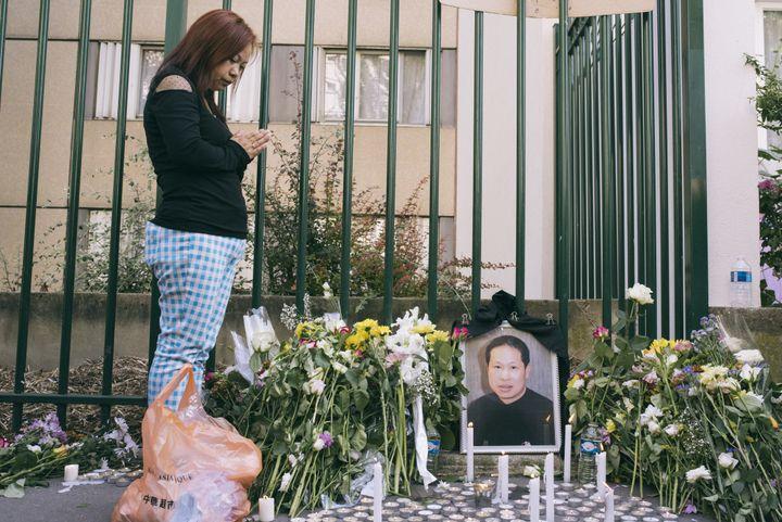 Une habitante d'Aubervilliers rend hommage àZhang Chaolin sur le lieu de son agression, le 14 août 2016. (DENIS MEYER / HANS LUCAS)