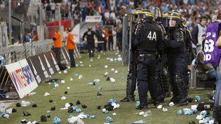 La police a dû intervenir pour protéger les joueurs lors du match de Ligue 1 entre l'OM et OL, dimanche 20 septembre, au stade Vélodrome à Marseille (Bouches-du-Rhône). (PHILIPPE LAURENSON / REUTERS)