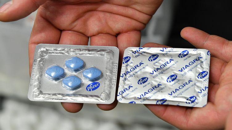 Des tablettes de viagra lors d'une conférence de presse à Berlin (Allemagne), le 27 novembre 2017. Image d'illustration. (PAUL ZINKEN / DPA / AFP)