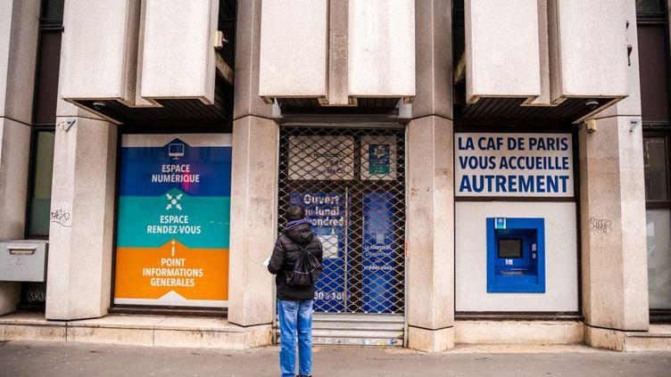Une agence de la caisse d'allocations familiales (CAF), à Paris, le 7 janvier 2020. (XOSE BOUZAS / HANS LUCAS / AFP)