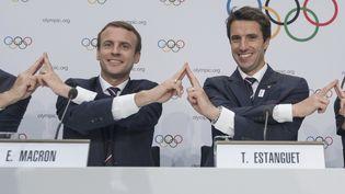 Emmanuel Macron et Tony Estanguet, le 11 juillet 2017, à Lausanne. (SEBASTIEN BOZON / AFP)