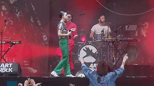 Sur la scène du festival Art Rock à Saint-Brieuc. (FRANCEINFO)