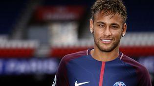 Le Brésilien Neymar lors de sa présentation au Parc des Princes, le 4 août 2017. (MEHDI TAAMALLAH / NURPHOTO / AFP)