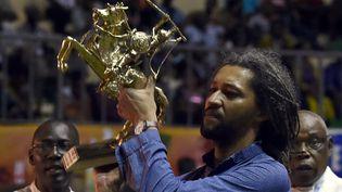 """Alain Gomis, Etalon d'or au 25e Fespaco de Ouagadougou avec """"Félicité"""" (4 mars 2017)  (Issouf Sanogo / AFP)"""