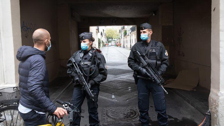 """Des gendarmes déployés à proximité des anciens locaux de """"Charlie Hebdo"""", le 25 septembre 2020, à Paris. (MARIE MAGNIN / HANS LUCAS / AFP)"""