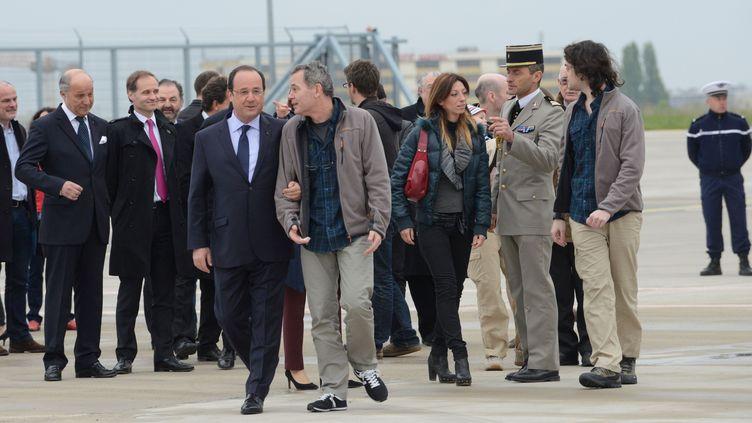 François Holland, Didier François (D) et les proches des journalistes français libérés après dix mois en Syrie, à Villacoublay, le 20 avril 2014. (LICHTFELD EREZ / SIPA)
