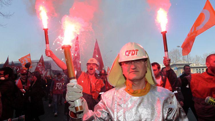 Environ 200 salariés de l'usine ArcelorMittal de Florange (Moselle) ont manifesté à Paris,jeudi 15 mars 2012. (KENZO TRIBOUILLARD / AFP)