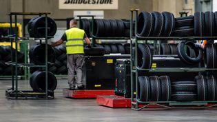 Un salarié de Bridgestone travaille dans l'usine de Béthune (Nord), le 13 octobre 2016. (MAXPPP)