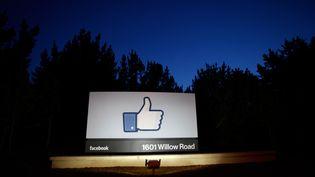 """Un panneau géant """"j'aime"""" à l'entrée du siège de Facebook à Menlo Park (Etats-Unis), le 18 mai 2012. (STEPHEN LAM / GETTY IMAGES NORTH AMERICA / AFP)"""