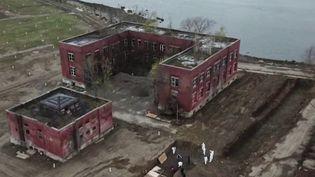 Surnommée l'île aux morts, Hart Island, au nord de Manhattan (États-Unis), accueille depuis le XIXe siècle les corps de ceux que personne ne réclame.Une vingtaine de personnes sont enterrées ici tous les jours depuis l'épidémie de coronavirus. (FRANCE 3)