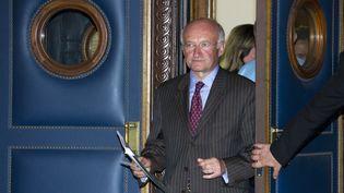L'ancien PDG de la Société générale, Daniel Bouton, à la sortie du tribunal correctionnel de Paris, le 22 juin 2010. (GONZALO FUENTES / REUTERS)