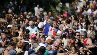La foule rassemblée à Nice (Alpes-Maritimes), lundi 18 juillet 2016, à l'occasion de l'hommage rendu aux victimes de l'attentat survenu quatre jours plus tôt. (PASCAL ROSSIGNOL / REUTERSLUNDI)