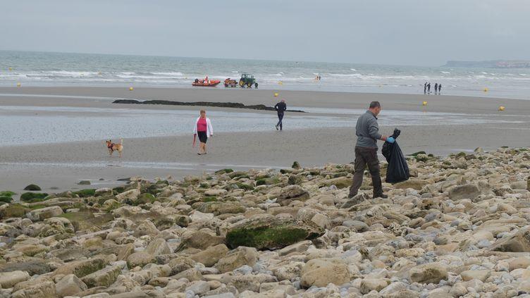 Laurent Colasse collecte des déchets sur la plage de Wimereux (Pas-de-Calais), dimanche 2 juillet 2017. (MARIE-ADELAÏDE SCIGACZ / FRANCEINFO)