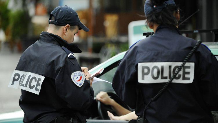Des policiers contrôlent un automobiliste aux Halles, à Paris, le 7 juillet 2009. Lundi 16 mars 2014, 700 policiers seront déployés pour vérifier que les conducteurs respectent la circulation alternée à Paris et dans 22 communes limitrophes. (PHILIPP GUELLAND / AFP)