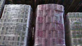 Hausses de prix en perspective en France. Après les pâtes, l'huile d'olive ou encore le café, le papier toilette et l'essuie-tout pourraient voir leurs prix grimper dans les supermarchés, comme le réclame l'un des géants du secteur. (FRANCE 2)