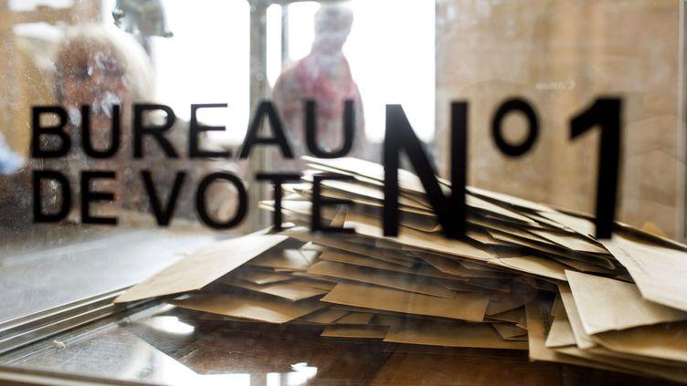 Dans un bureau de vote de Villefranche-sur-Saône (Rhône), le 22 mars 2015, lors du premier tour des élections départementales. (LAURENT CIPRIANI / AP / SIPA)