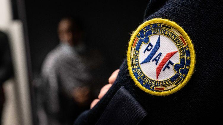 Illustration d'unagent de la police aux frontières (PAF), au centre de détention administrative de Haute-Garonne. (ART CORE BEN / HANS LUCAS / HANS LUCAS VIA AFP)
