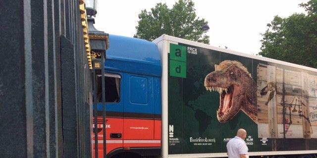 Le camion transportant le tyrannosaure passe la grille du Jardin des Plantes à Paris  (Valérie Gaget/France 2)