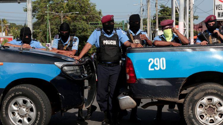 Des policiers bloquent l'entrée d'une église à Managua, au Nicaragua, le 14 juillet 2018. (OSWALDO RIVAS / REUTERS)